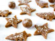 Raw Gingerbread Cookies Bites - Soft and chewy on the inside, with a delicious hint of ginger and Christmas spices. Paleo & Vegan.